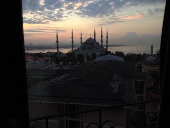 Lausos Hotel: view of the Blue Mosque from our hotel room.
