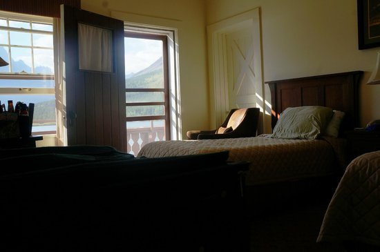 Many Glacier Hotel: Our lakeside room