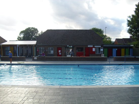 ‪Petersfield Outdoor Air Swimming Pool‬