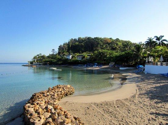 Round Hill Hotel & Villas: Round Hill beach