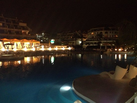 Parque Santiago: Pool at night