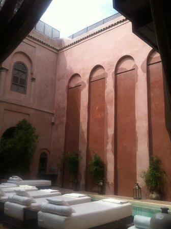 Riad Noir d'Ivoire: Falling water in inner courtyard