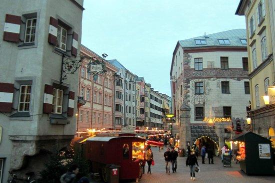 Best Western Plus Hotel Goldener Adler: Old town Innsbruck with Goldener Adler at right