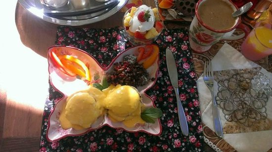 River and Rose B&B : delicious eggs benedict breakfast (made to order)