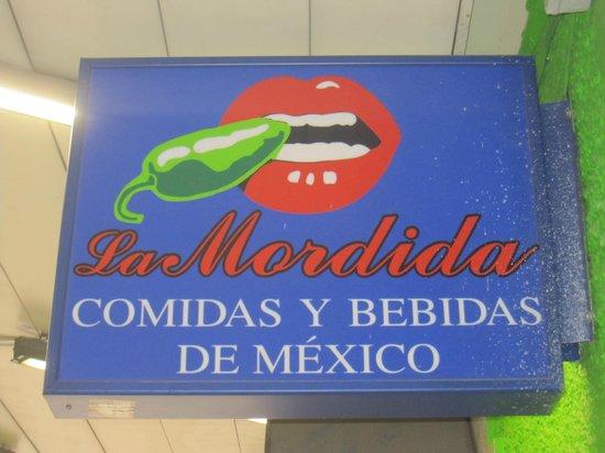 La Mordida: Cartel del restaurante.