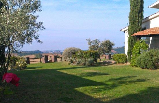 Quercia Rossa Farmhouse: Giardino e panorama