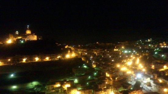 La Casa Sulla Collina D'oro: View from terrace at night