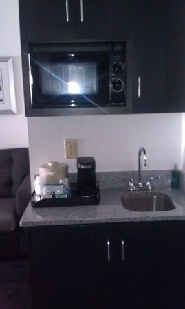 Holiday Inn Express & Suites Columbus-Polaris Parkway: Microwave and sink in the suite.