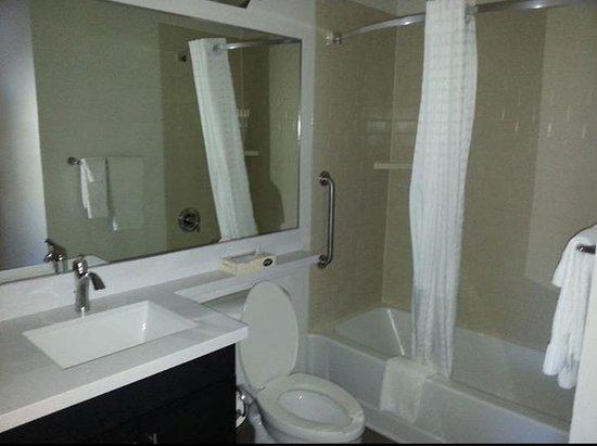 Candlewood Suites - Oklahoma City: bathroom