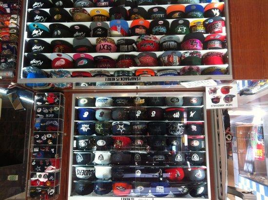 Ontario Mills : Des milliers de casquettes .,.