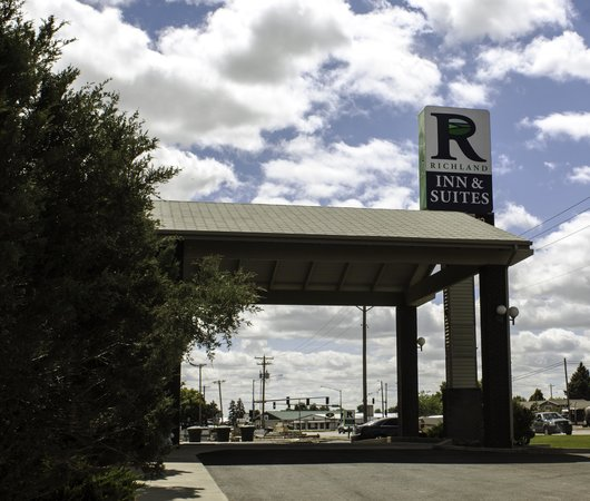 Richland Inn & Suites: outside entry