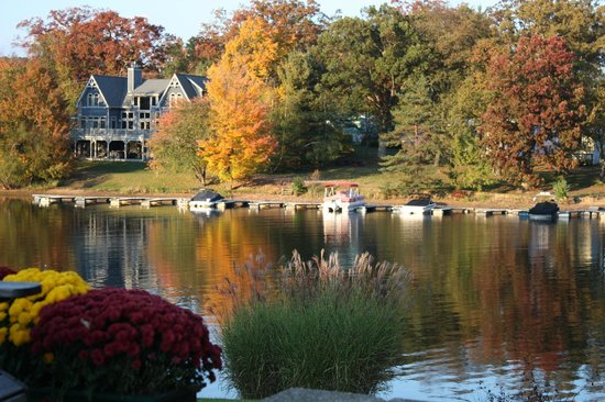 Lake Pointe Inn: Beautiful in October