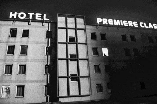 Premiere Classe Roissy AEROPORT : hotel vu du parking