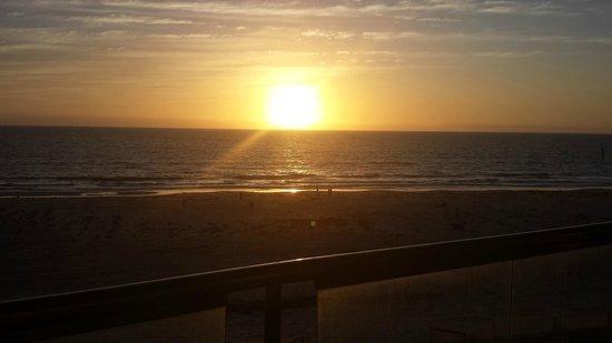 Oaks Plaza Pier Apartment Hotel: Sunset over Glenelg beach