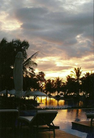 Vinpearl Da Nang Resort & Villas: Before dawn at the pool on the way to the beach