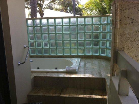 Paradisus Punta Cana Resort: Jacuzzi tub on balcony - Royal Service Oceanfront Room