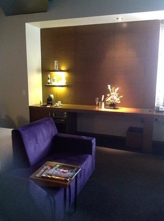 Hotel Le Germain Calgary: Sitting area, plus bar area, including the lovely bouquet of flowers we recieved.