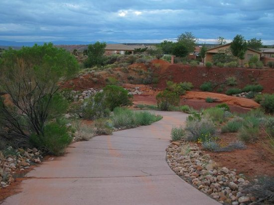 Holiday Inn Express Hotel & Suites St. George North-Zion: Landscaped walking path