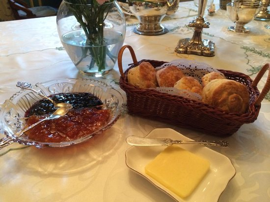 Elmwood Heritage Inn: The aforementioned homemade biscuits and preserves!