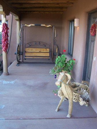 The Bobcat Inn: Marvelous swing and planter at the entrance
