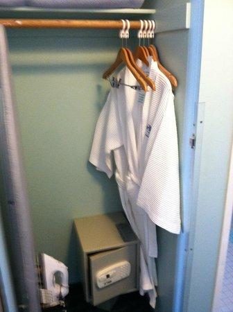 Ocean Park Inn: closet