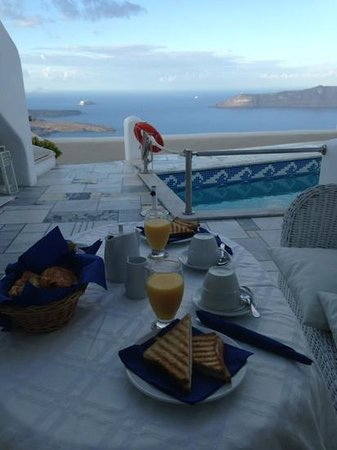 Iliovasilema Suites: breakfast on the terrace