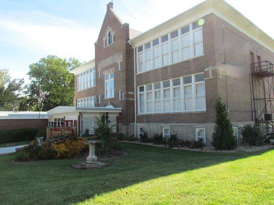 Davie School Inn: front of inn