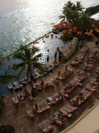 Sheraton Waikiki: Piscina de adultos. Las primeras sillas valen hasta 60 usd el día