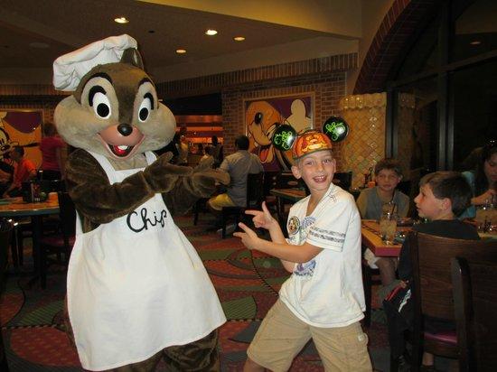 Goofy's Kitchen : Chip wishing the birthday boy a happy one.