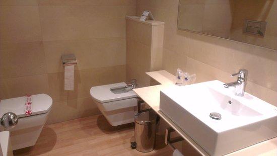 Hotel J. Balmes Vic: Baño completo con bañera