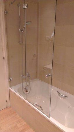 Hotel J. Balmes Vic: Baño (detalle bañera- con mampara práctica y funcional completamente renovado y limpio!!)