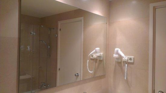 Hotel J. Balmes Vic : Baño, detalle (secador de pelo)