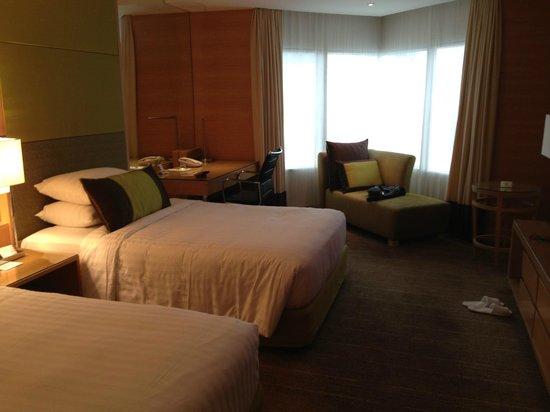 Holiday Inn Bangkok Silom : ベッドは十分は広さ