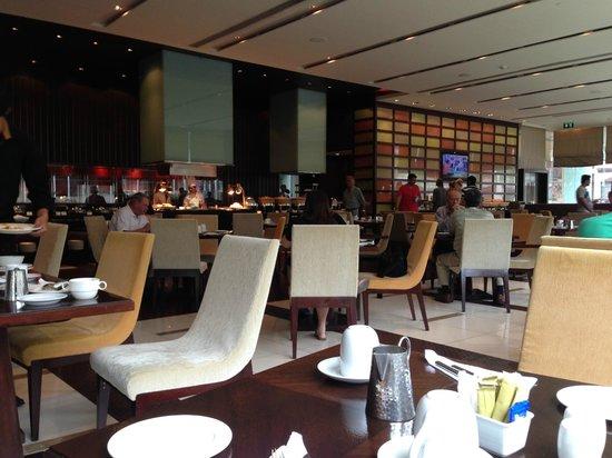 Holiday Inn Bangkok Silom : 朝食レストラン
