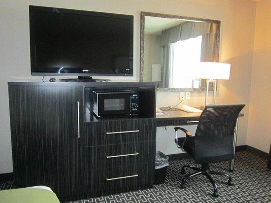 Holiday Inn Express Lancaster: tv, micro/fridge and desk