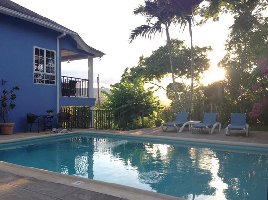 The Blue House Boutique Bed & Breakfast: Pool area - beautiful views.
