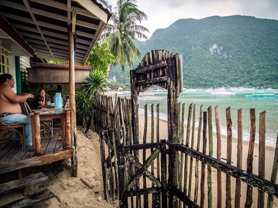 Tandikan Beach Cottages: Balcony facing the ocean.