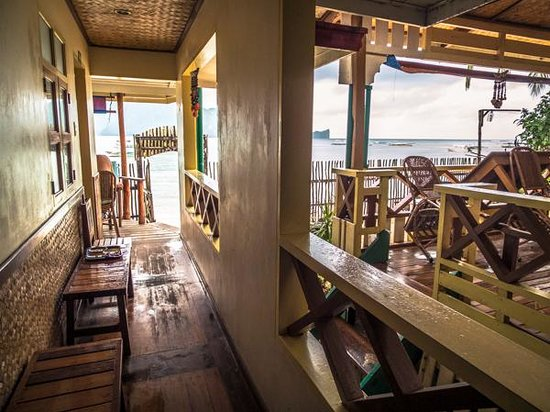 Tandikan Beach Cottages: Patio rooms leading to balcony.
