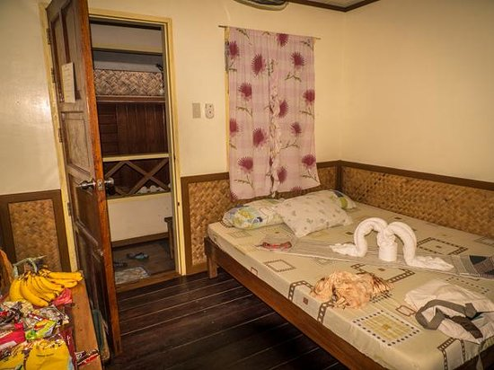 Tandikan Beach Cottages: Big bed.