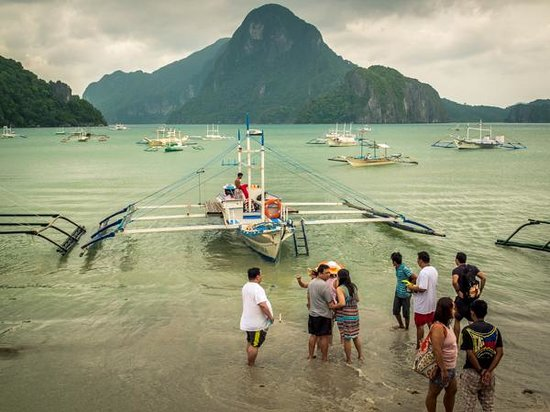 Tandikan Beach Cottages: Tourists ready for the boat tour.