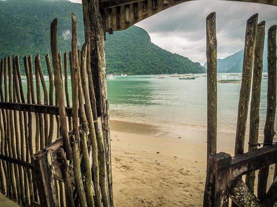 Tandikan Beach Cottages: Beach-side entrance of Tandikan.