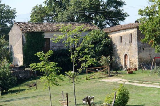 Relais Chalons d'Orange : View of one of the outbuildings