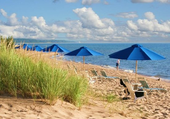 Lake Shore Resort: Private beach, complimentary umbrellas and beach chairs