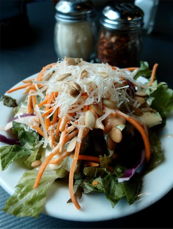 LA Fiamma Wood Fire Pizza: The wonderful -- and generous -- Lunch Special side salad!