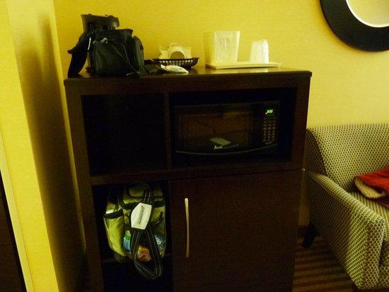 Comfort Suites: Refrigerator and microwave plus coffeemaker unie
