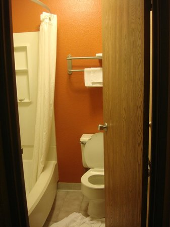 Super 8 Springfield East: Bathroom 3
