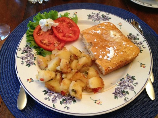 Lawrenceburg Bed and Breakfast: Potatoes and Baked pancakes and fresh from the garden tomatoes.  All very good!
