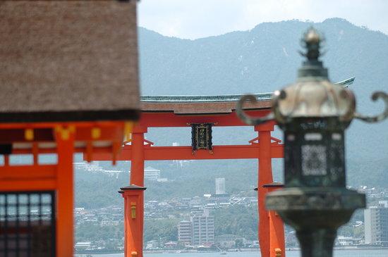 Watanabe Inn: 厳島神社から見た大鳥居