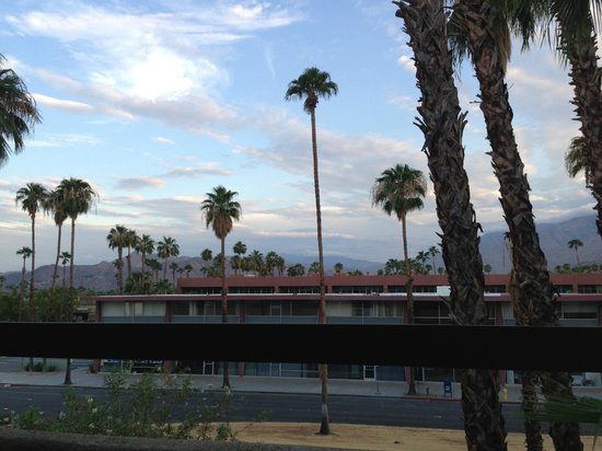 Hilton Palm Springs: Street view from the balcony
