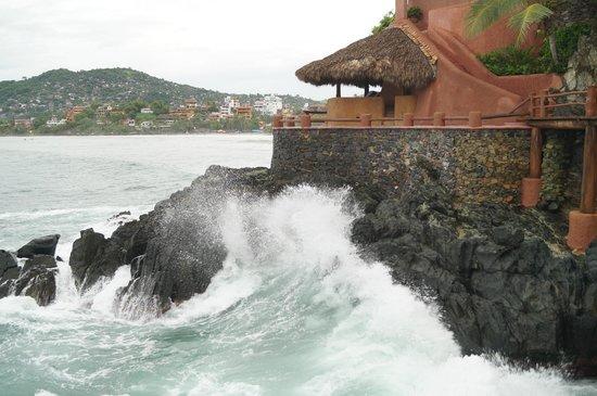 La Casa Que Canta: Las olas rompiendo y completando la ambientación...